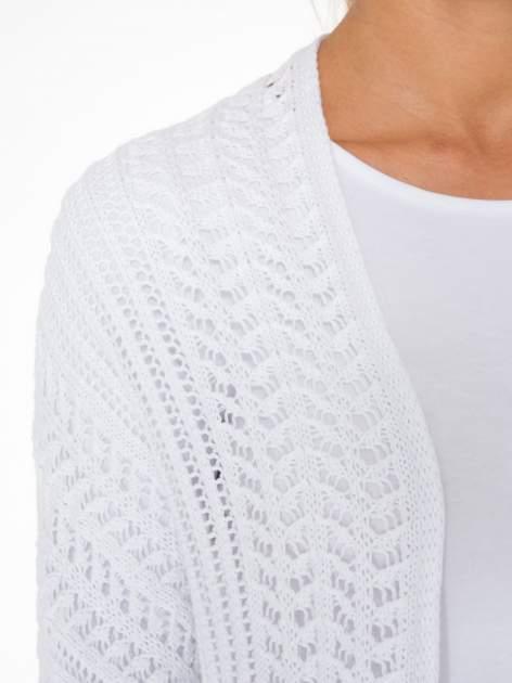 Biały ażurowy sweter typu narzutka poncho                                  zdj.                                  6