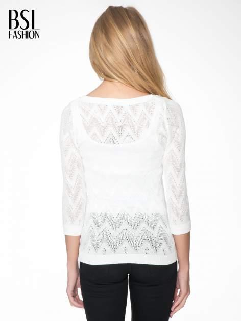 Biały ażurowy sweterek z rękawem 3/4                                  zdj.                                  4