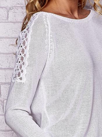 Biały błyszczący sweter z koronkowymi wstawkami                                  zdj.                                  5