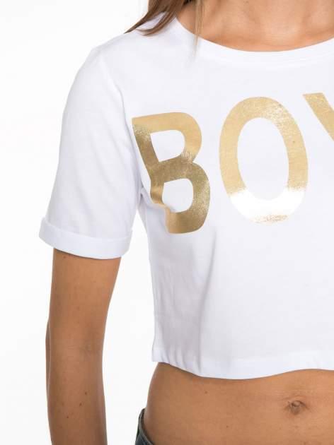 Biały cropped t-shirt ze złotym napisem BOYS                                  zdj.                                  6