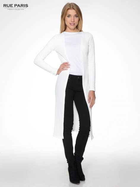 Biały długi prążkowany sweter kardigan