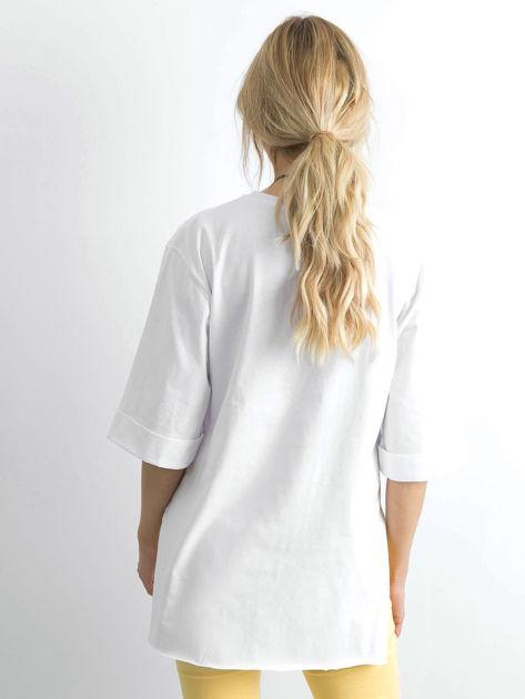 Biały długi t-shirt z napisem                              zdj.                              2