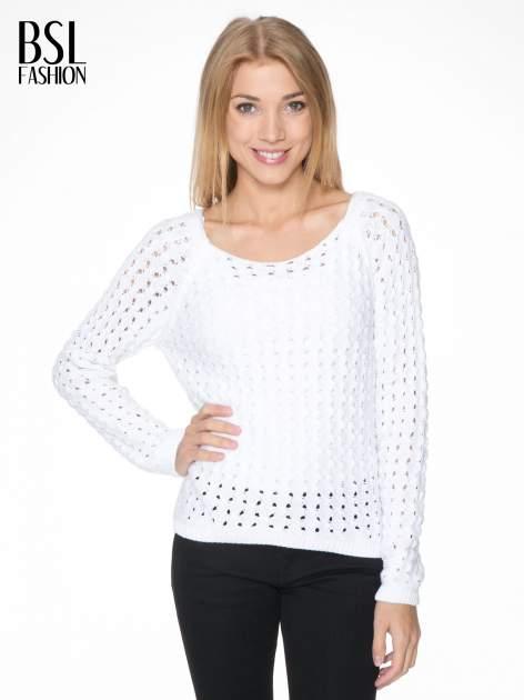 Biały dziergany sweter z ozdobnymi oczkami