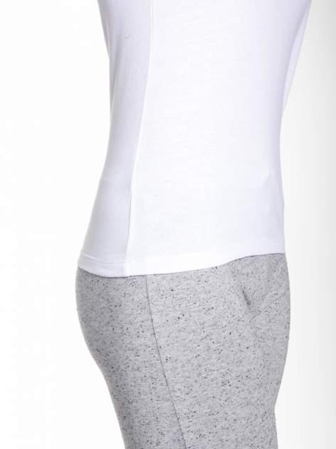 Biały gładki t-shirt z dekoltem w serek                                  zdj.                                  7