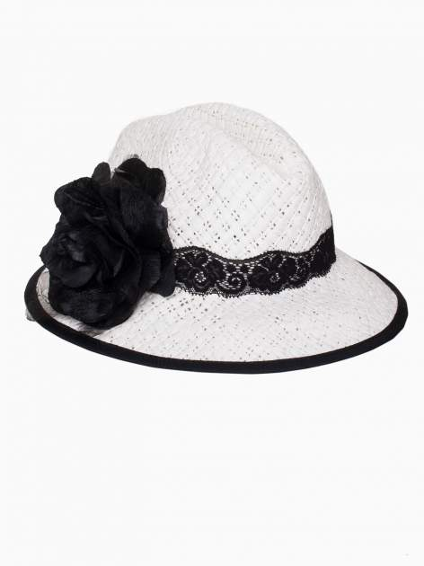 Biały kapelusz słomiany z dużym rondem i dużym kwiatem                                  zdj.                                  4