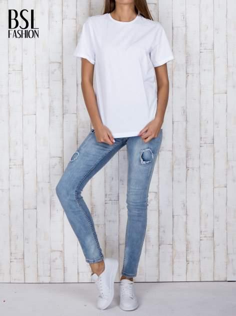 Biały luźny t-shirt klasyczny z podwiniętymi rękawami                                  zdj.                                  2