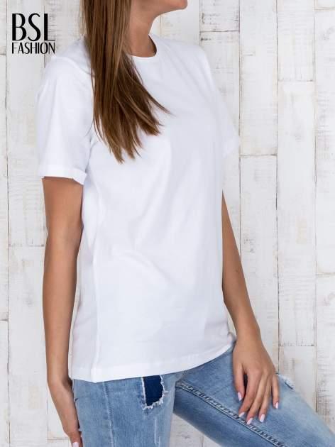 Biały luźny t-shirt klasyczny z podwiniętymi rękawami                                  zdj.                                  3
