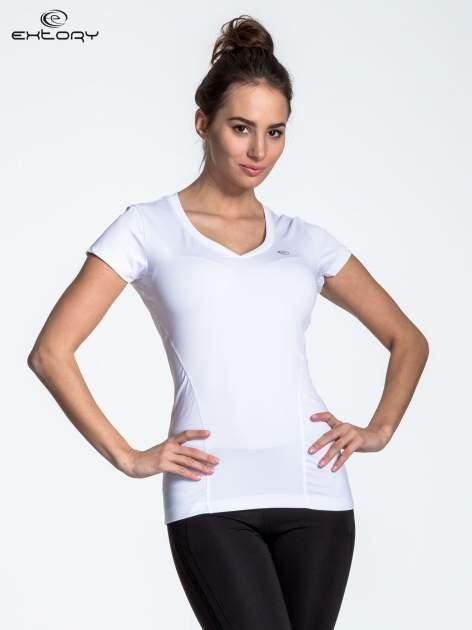Biały modelujący t-shirt sportowy z przeszyciami                                  zdj.                                  1