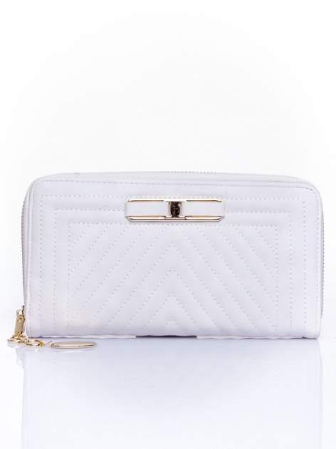 Biały pikowany portfel z ozdobną klamerką                                  zdj.                                  1
