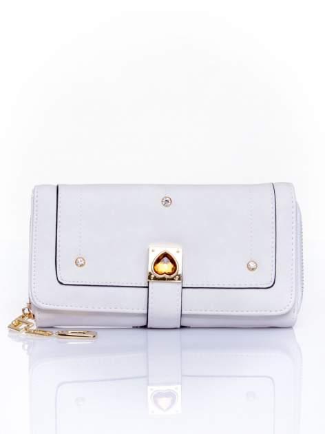 Biały portfel z dżetami i ozdobnym zapięciem