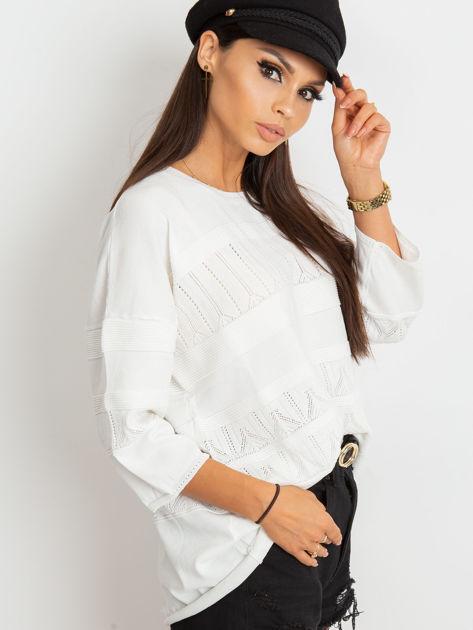 Biały sweter w delikatny wzór                              zdj.                              6