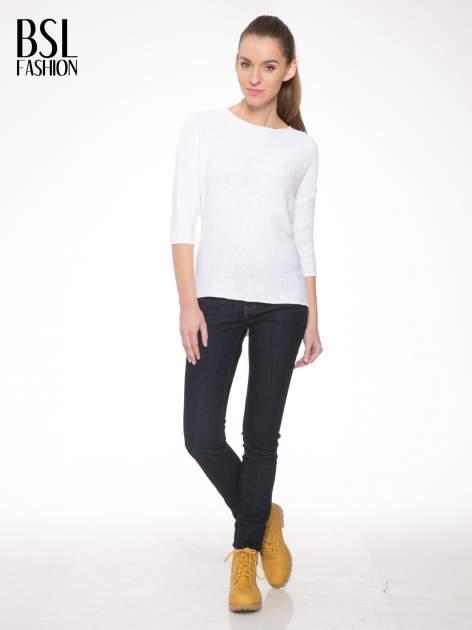 Biały sweter z dłuższym tyłem i rozporkami po bokach                                  zdj.                                  2