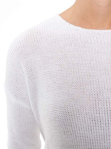 Biały sweter z dłuższym tyłem i rozporkami po bokach                                  zdj.                                  5