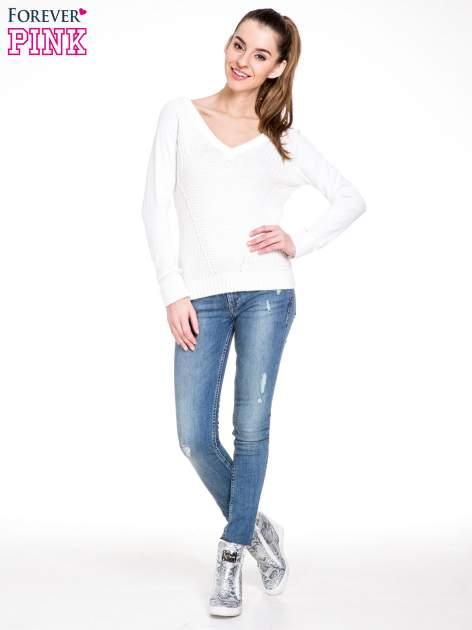 Biały sweter z dwustronnym dekoltem w serek                                  zdj.                                  2