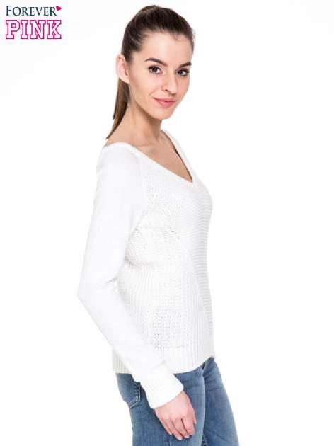 Biały sweter z dwustronnym dekoltem w serek                                  zdj.                                  3