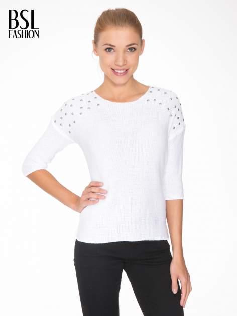 Biały sweter z dżetami przy ramionach                                  zdj.                                  1