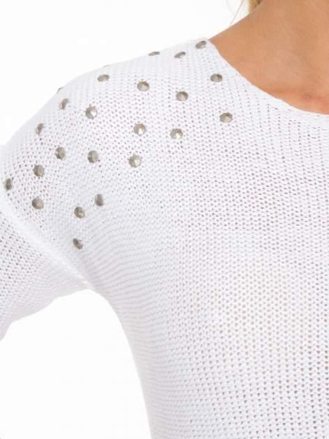 Biały sweter z dżetami przy ramionach                                  zdj.                                  6