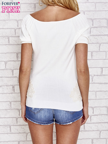 Biały sweterek z opadającymi ramionami                                  zdj.                                  4