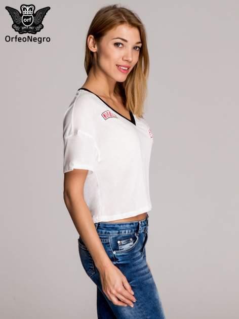 Biały t-shirt cropped naszywkami w stylu militarnym                                  zdj.                                  3