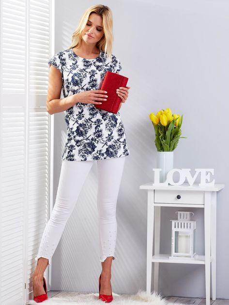 Biały t-shirt damski z kwiatowym motywem                              zdj.                              4