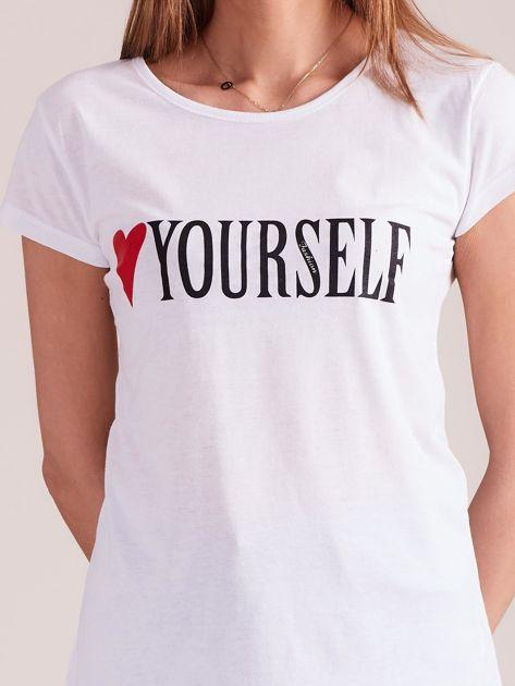 Biały t-shirt damski z nadrukiem                              zdj.                              6