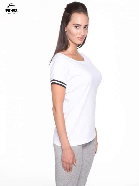 Biały t-shirt damski ze sportową lamówką                                  zdj.                                  3