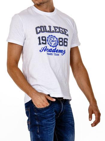 Biały t-shirt męski z nadrukiem i napisem COLLEGE 1986                                  zdj.                                  4