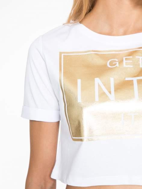 Biały t-shirt przed pępek ze złotym nadrukiem GET INTO IT                                  zdj.                                  8