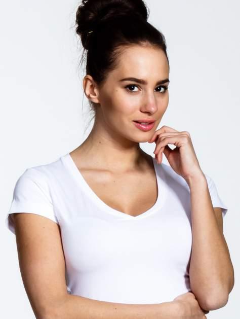 Biały t-shirt sportowy termoaktywny z dekoltem V                                  zdj.                                  4
