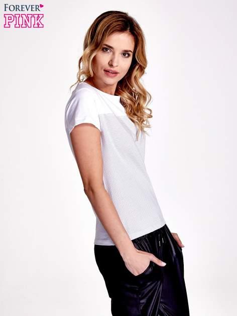 Biały t-shirt w poziome szare paski                                  zdj.                                  3