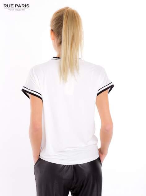 Biały t-shirt w stylu tenis chic                                  zdj.                                  4