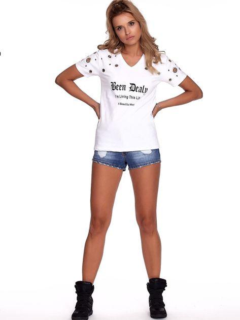 Biały t-shirt z ażurowymi kółeczkami i napisem                              zdj.                              4