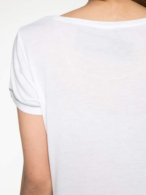 Biały t-shirt z błyszczącym numerem 1983                                  zdj.                                  9
