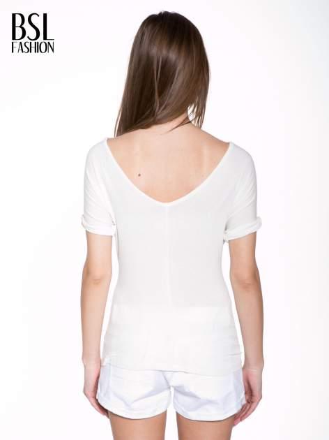 Biały t-shirt z czerwonym sercem z cekinów                                  zdj.                                  4