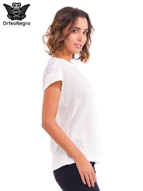 Biały t-shirt z haftem na plecach zdobionym cekinami                                   zdj.                                  3