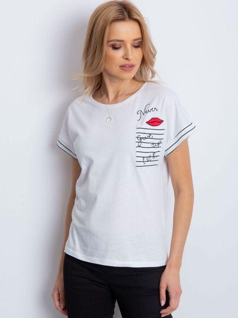Biały t-shirt z kieszonką i naszywką                              zdj.                              1