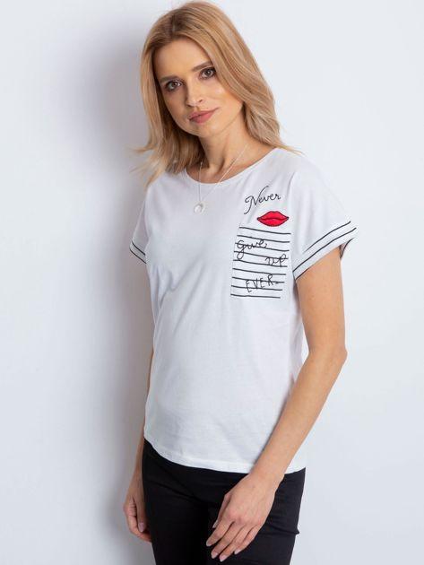 Biały t-shirt z kieszonką i naszywką                              zdj.                              3