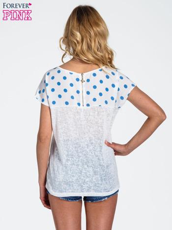 Biały t-shirt z kieszonką w groszki                                  zdj.                                  4