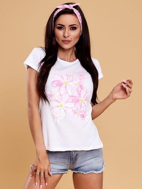Biały t-shirt z kolorowym kwiatowym nadrukiem                              zdj.                              1