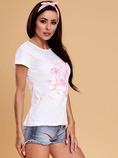 Biały t-shirt z kolorowym kwiatowym nadrukiem                              zdj.                              6