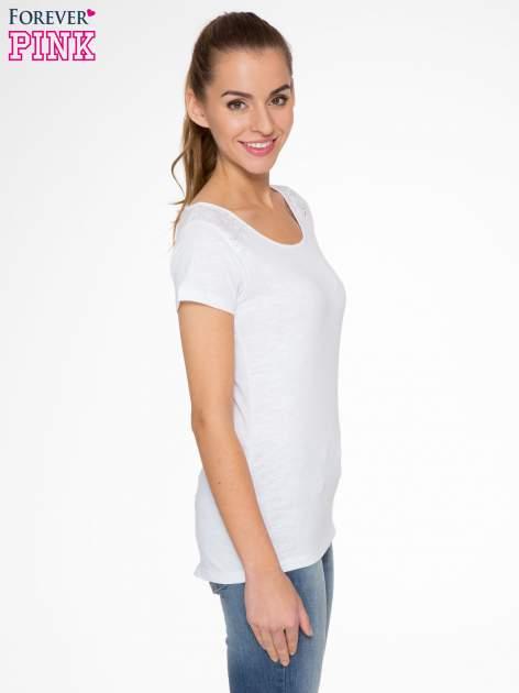 Biały t-shirt z koronkową wstawką na ramionach                                  zdj.                                  2