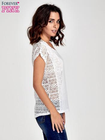 Biały t-shirt z koronkowym tyłem i dżetami                                  zdj.                                  3