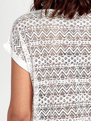Biały t-shirt z koronkowym tyłem i dżetami                                  zdj.                                  6