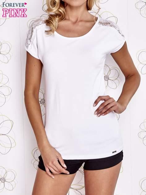 Biały t-shirt z koronkowym wykończeniem rękawów