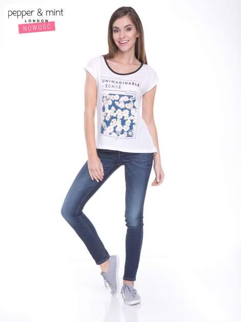 Biały t-shirt z kwiatowym nadrukiem i napisem UNIMAGINABLE SENSE                                  zdj.                                  5