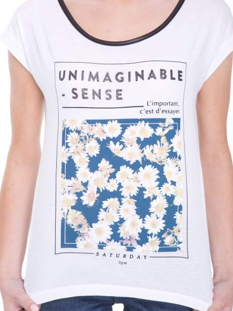 Biały t-shirt z kwiatowym nadrukiem i napisem UNIMAGINABLE SENSE                                  zdj.                                  6