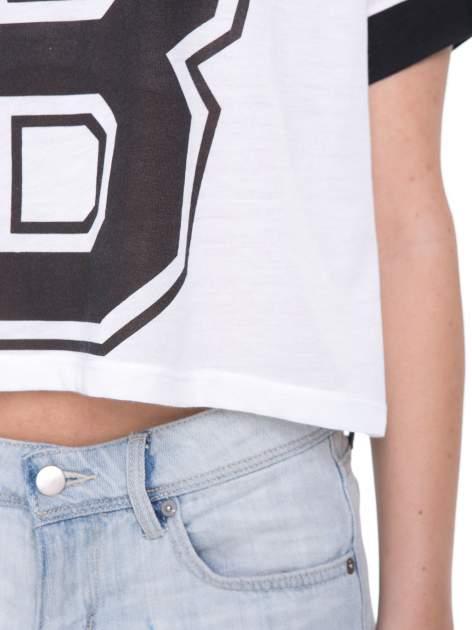 Biały t-shirt z literą B i kontrastowymi rękawami w stylu baseballowym                                  zdj.                                  8
