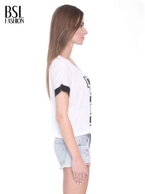Biały t-shirt z literą B i kontrastowymi rękawami w stylu baseballowym                                  zdj.                                  3