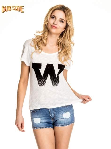 Biały t-shirt z literą W                                  zdj.                                  1