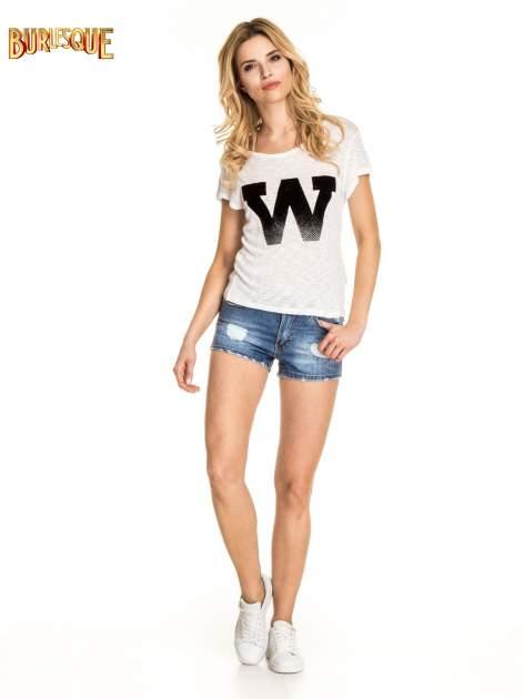 Biały t-shirt z literą W                                  zdj.                                  5